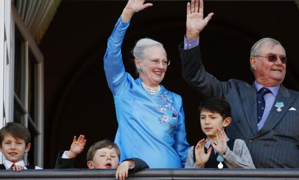 <strong>BESTEMOR VIL HA KONTROLL:</strong> Dronning Margrethe (78) prøver å holde kontrollen på sitt 19-årige barnebarn, men det er ikke bare lett. Her er prins Nikolai (foran t.h) avbildet sammen med besteforeldrene i forbindelse med dronningens 70-årsdag i 2010. Foto: NTB Scanpix