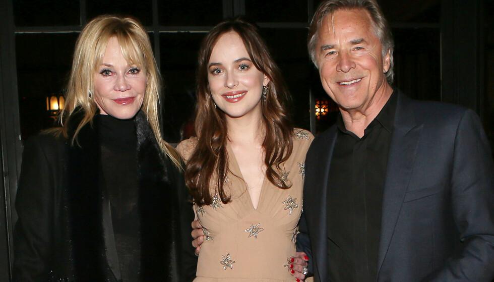 I MOR OG FARS FOTSPOR: Melanie Griffith sammen med skuespiller-datteren Dakota Johnson og eksmannen Don Johnson - som hun har vært gift med to ganger. Foto: NTB Scanpix.