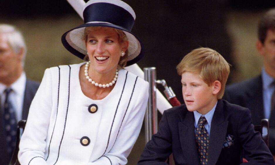 <strong>SNAKKER UT:</strong> Prins Harry ble kjent som det britiske kongehusets sorte får i tenåra, da utagerende festing og skandaler ofte var å se på forsida av britiske aviser. De siste åra har han imidlertid jobbet hardt for å reparere ryktet. Nå sier han at han forsøker å gå i morens fotospor. Foto: NTB scanpix