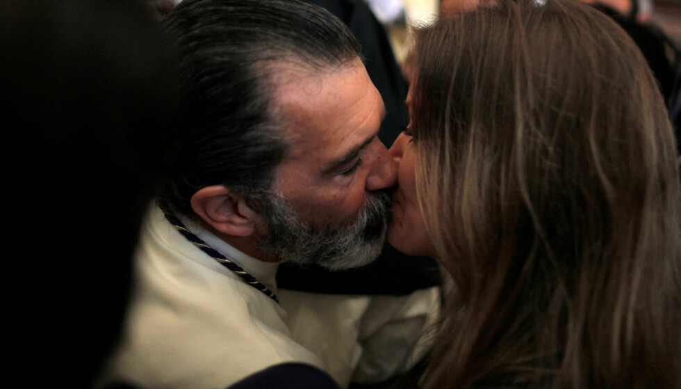 <strong>KLINTE TIL:</strong> Antonio Banderas (56) kliner til med sin nye kjæreste Nicole Kimpel (37) i en kirke i den spanske byen Malaga. Foto: NTB Scanpix&nbsp;