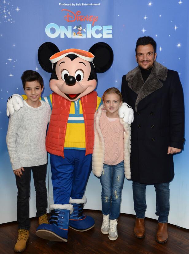FAR OG BARN: Pete med sine to eldste barn Junior Savva og Princess under London-premieren av Disney On Ice. Foto: NTB Scanpix.