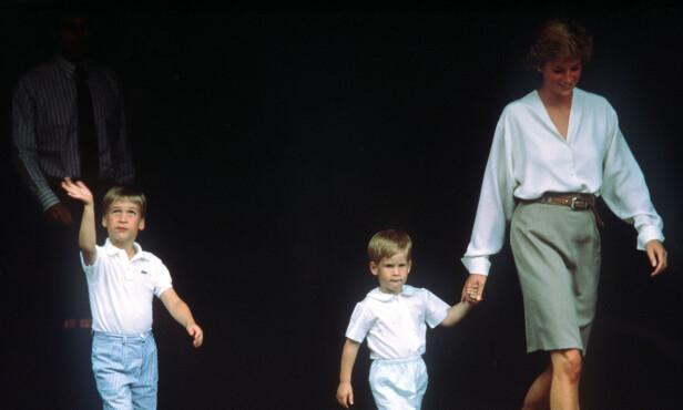 <strong>GODT FORHOLD:</strong> Prins William og Harry var ofte å se ved morens side. Her er de ute på tur i London i 1988, etter å ha besøkt hertuginnen av York på et lokalt sykehus. Foto: NTB scanpix