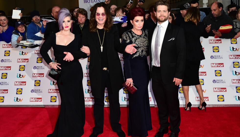 BLE VERDENSKJENTE: Fra 2002 til 2005 var Kelly en av hovedpersonene i realityserien The Osbournes sammen med moren Sharon, faren Ozzy og broren Jack. Foto: NTB Scanpix