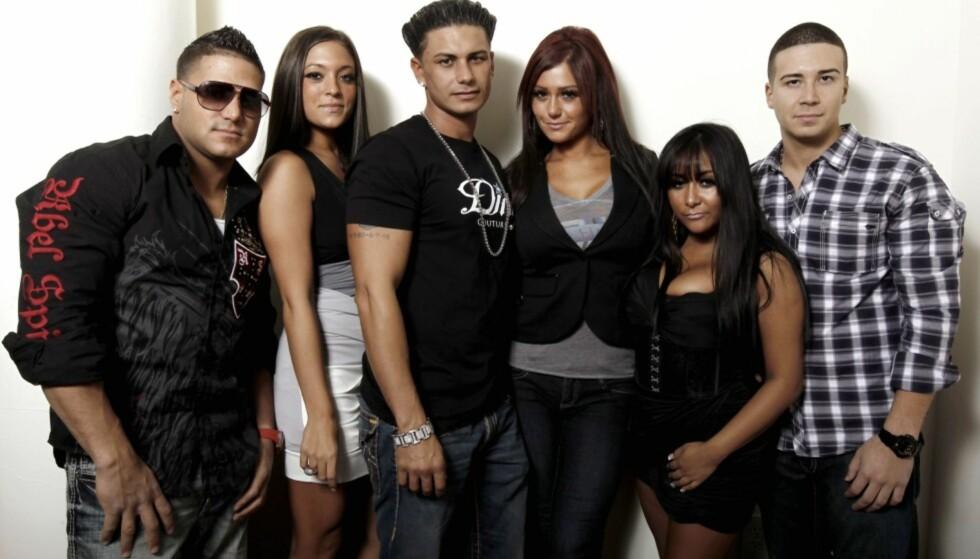 KONTROVERSIELT: MTV-serien «Jersey Shore» skapte store overskrifter da programmet dukket opp på tv i 2009. Her med de seks deltakerne som var med fra start til slutt: Ronnie Ortiz-Magro, Sammi «Sweetheart» Giancola, Paul «Pauly D» DelVecchio, Jenni «JWoww» Farley, Nicole «Snooki» Polizzi og Vinny Guadagnino. Foto: NTB Scanpix .