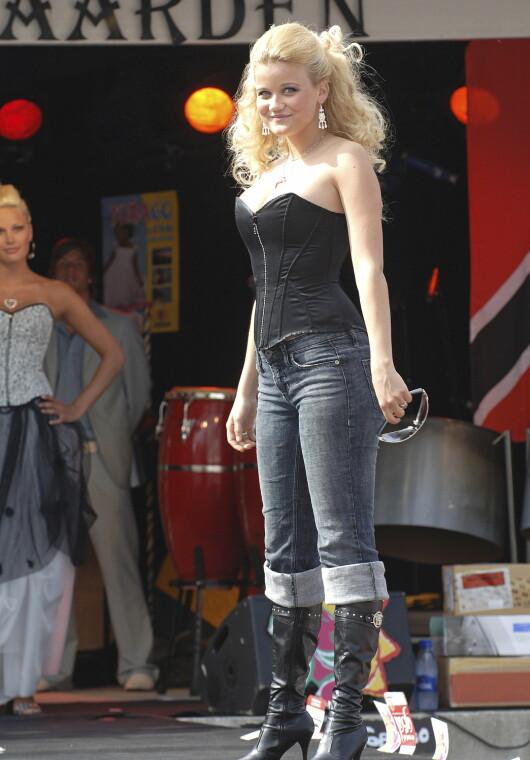 <strong>2006:</strong> På scenen i høye støvletter og korsett. Foto: Se og Hør