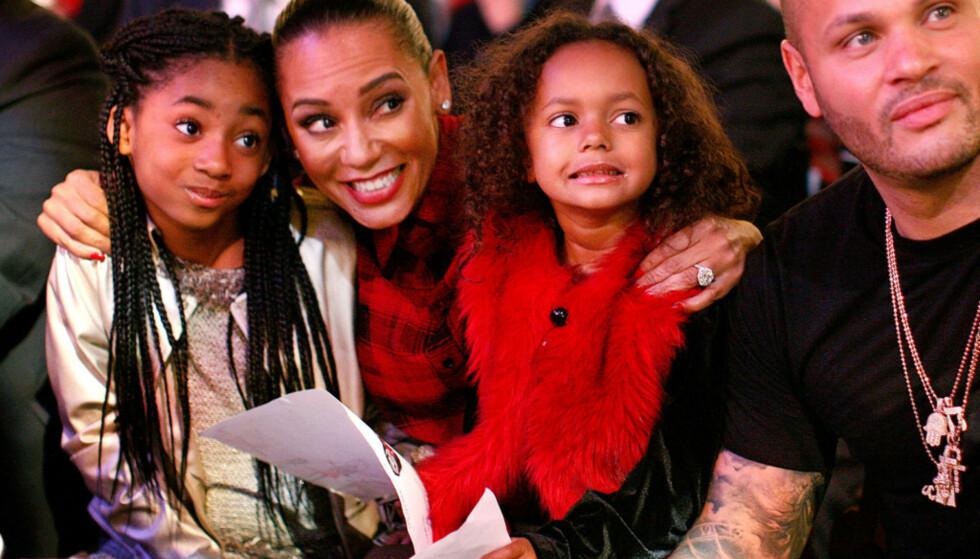 BRUDD: Mel og Stephen har nå gått fra hverandre. Her er de på et juleshow i 2015, sammen med døtrene Madison og Angel. Foto: Splash News, NTB scanpix