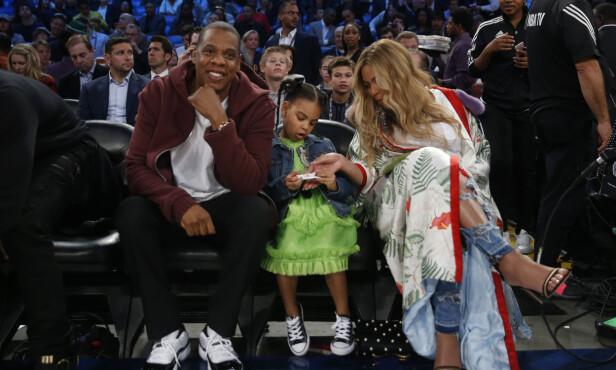 FAMILIE: Jay Z og Beyonce sammen med datteren deres, Blue Ivy, på basketkamp i New Orleans tidligere i år. Foto: NTB Scanpix