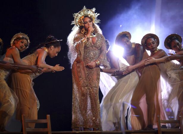 GRAVID: Beyonce mens hun opptrer gravid under årets Oscar utdeling. Foto: NTB Scanpix