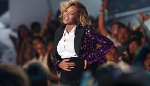 STRØK SEG OVER MAGEN: I 2011 annonserte Beyonce sin første graviditet på scenen under MTV Video Music Awards. Foto: NTB Scanpix