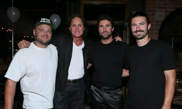 GUTTA: Caitlyn poserte stolt med sine tre sønner under et event i 2013. Fra venstre ser vi Burt, Bruce (nå Caitlyn), Brody og Brandon. Foto: NTB Scanpix