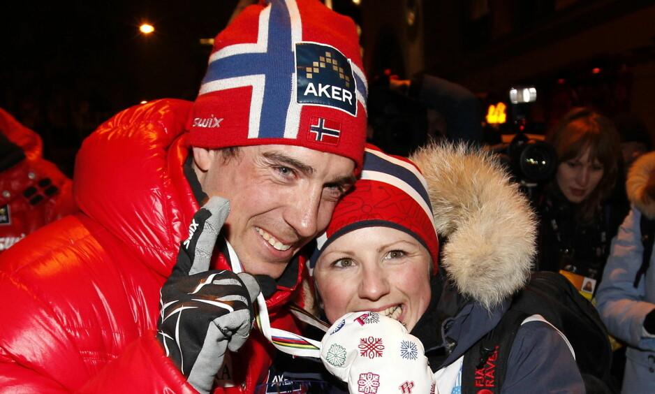 GOD STØTTE: Her blir han gratulert av kona etter medaljeseremonien i Ski-VM i Holmekollen 2011. Foto: NTB Scanpix