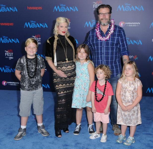 FEM BARN: Nylig fødte Tori parets femte felles barn. Her sammen med barna Liam, Stella, Finn og Hattie på filmpremiere i 2016. Foto: