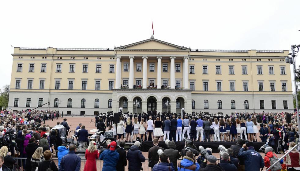 STORT OPPMØTE: Mange tusen mennesker møtte opp på Slottsplassen for å feire kongeparet da de dukket opp på Slottsbalkongen. Foto: NTB Scanpix