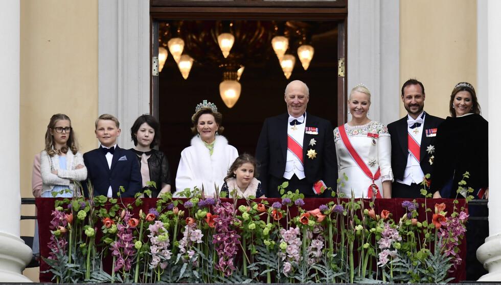 BLE HYLLET: Dronning Sonja og kong Harald sammen med sine barn, svigerdatter Mette-Marit og barnebarn. Foto: NTB Scanpix