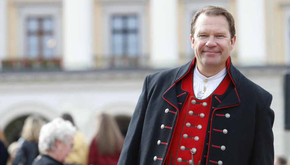 PÅ PLASS: Bjarte Hjelmeland, som leste monolog for kongeparet, hadde selvfølgelig på seg finstasen. Foto: NTB Scanpix.