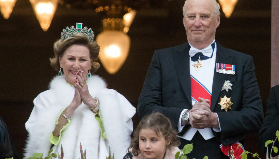 BLE HYLLET AV FOLKET: Dronning Sonja, barnebarnet Emma Tallulah Behn og kong Harald på Slottsbalkongen tidligere i dag. Foto: NTB scanpix