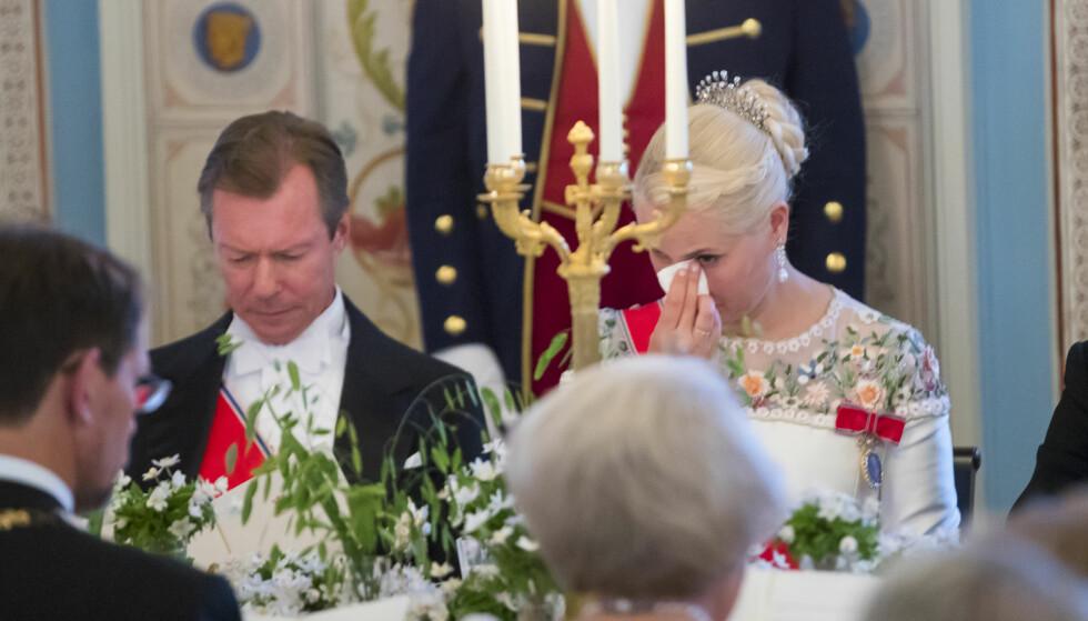 FINE ORD: Mette-Marit måtte tørke en tåre under en av de mange flotte talene. Foto: NTB Scanpix