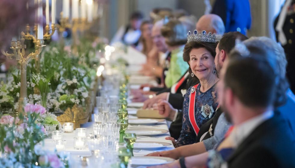 VAKKERT BORD: Dronning Silvia så ut til å kose seg med sin bordkavaler. Foto: NTB Scanpix