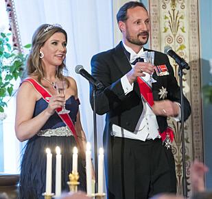 SKÅL: Prinsesse Märtha Louise og kronprins Haakon hyllet foreldrene med velvalgte ord. Foto: NTB Scanpix.