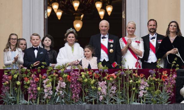 STOR DAG: Tusenvis av oppmøtte fikk se kongefamilien vinke fra Slottsbalkongen. Foto: Foto: Jon Olav Nesvold / NTB scanpix