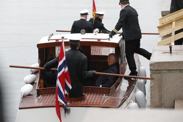 SJALUPP: Kongen og dronningen ble fraktet i sjalupp fra Honnørbryggen og ut til Kongeskipet Norge. Foto: Kallestad, Gorm / NTB Scanpix