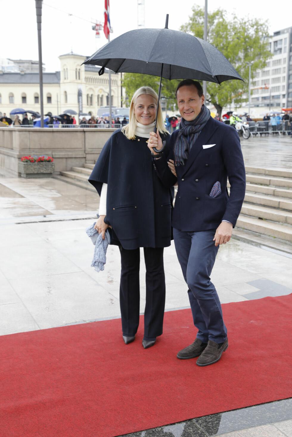 BURSDAGSFEST: Kronprins Haakon og kronprinsesse Mette-Marit av Norge på Honnørbryggen før avreise med Kongeskipet Norge. Foto: Kallestad, Gorm / NTB Scanpix