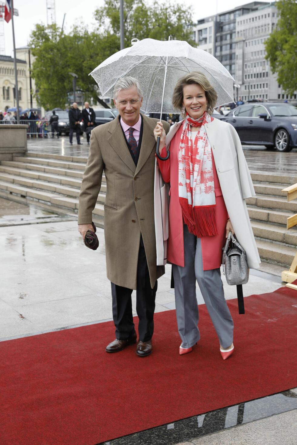 BURSDAGSFEST: Kong Philippe og dronning Mathilde av Belgia ved avreise fra honnørbrygga i Oslo på tur til lunsj på Kongeskipet Norge onsdag. Foto: Gorm Kallestad / NTB scanpix