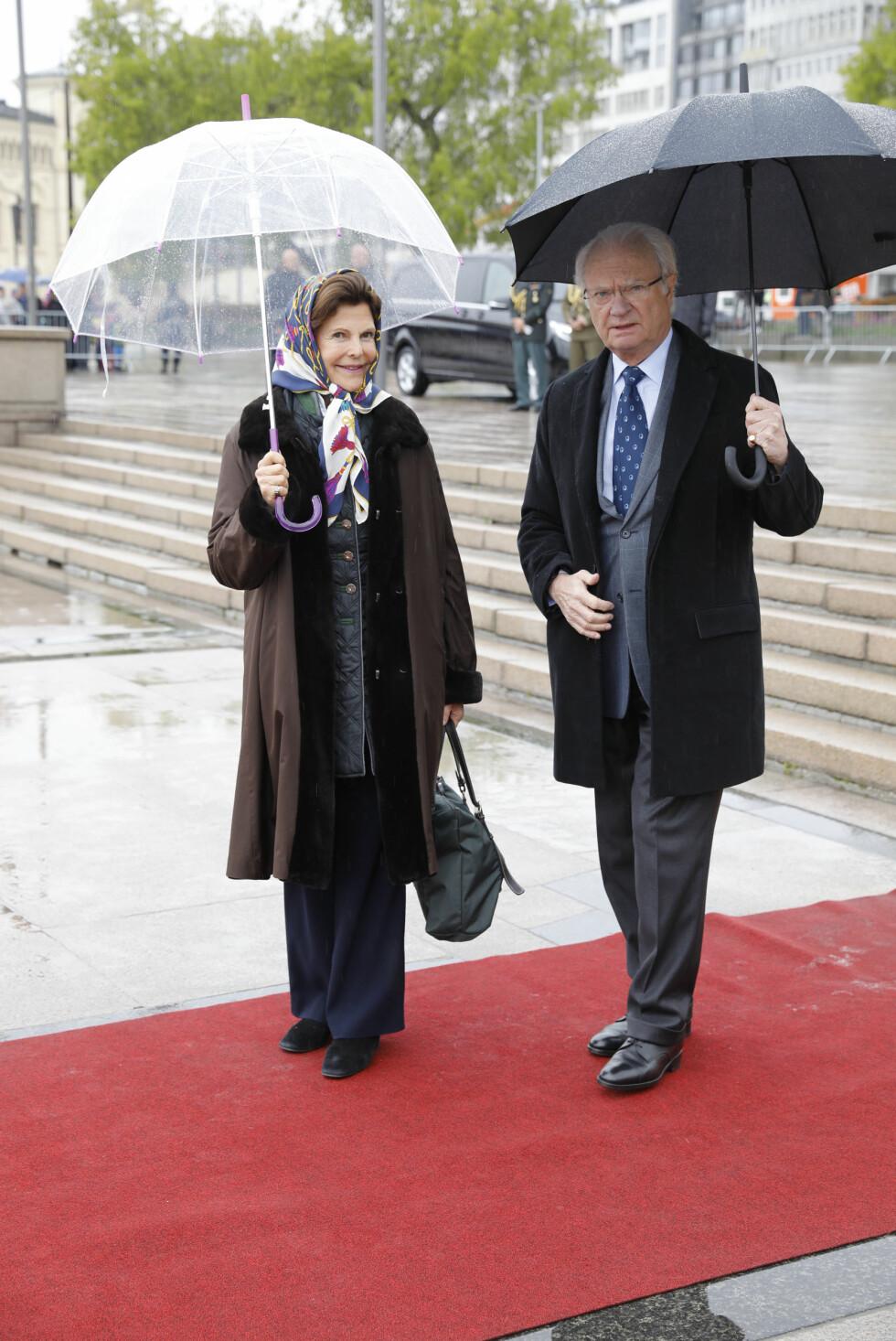BURSDAGSFEST: Kong Carl Gustaf og dronning Silvia av Sverige ved avreise fra honnørbrygga i Oslo på tur til lunsj på Kongeskipet Norge onsdag. Foto: Gorm Kallestad / NTB scanpix