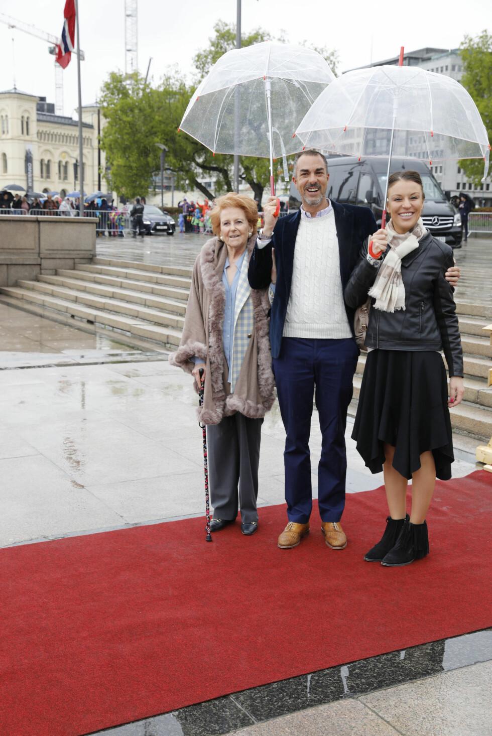 BURSDAGSFEST:  Lady Elizabeth Shakerley, Desirée Kogevinas og Carlos Eugster på honnørbrygga i Oslo på tur til lunsj på Kongeskipet Norge onsdag. Foto: Gorm Kallestad / NTB scanpix