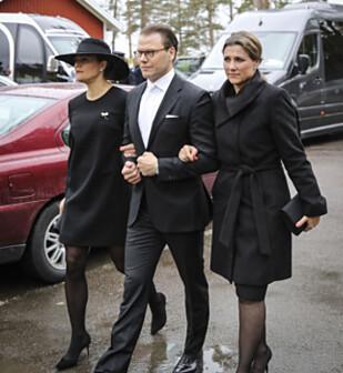I BEGRAVELSEN: Sveriges kronprinsesse Victoria, prins Daniel og norske prinsesse Märtha Louise ankommer begravelsen til Niclas Silfverschiöld i Erska kirke i Allingsås torsdag. Foto: Adam Ihse/TT / NTB scanpix