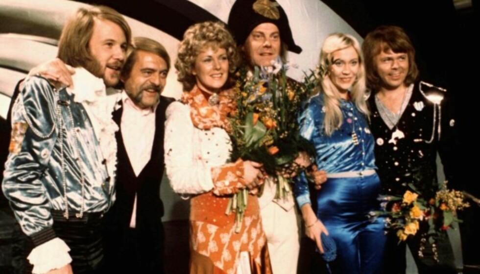 VANT I 1974: Abba, her avbildet med noen av sine nærmeste medarbeidere, gikk til topps med «Waterloo» i ESC-finalen i Brighton. Foto: AP Photo/ NTB scanpix