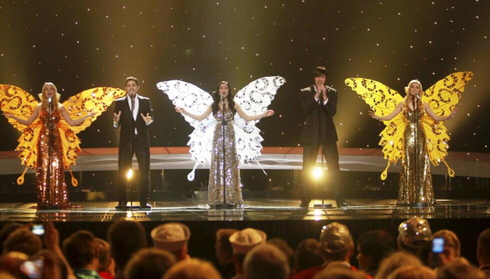 OVERRASKET I 2010: Underveis i nummeret til gruppa 3+2 fra Hviterussland, kom det poppende ut sommerfuglvinger fra kjolene til de kvinnelige sangerne. Foto: Cornelius Poppe/ NTB scanpix