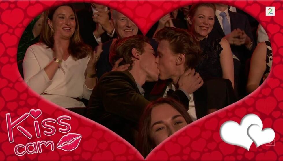 SKAM-KYSS: Tarjei Sandvik Moe og Henrik Holm fikk publikum til å juble da de kysset hverandre. Foto: TV 2.