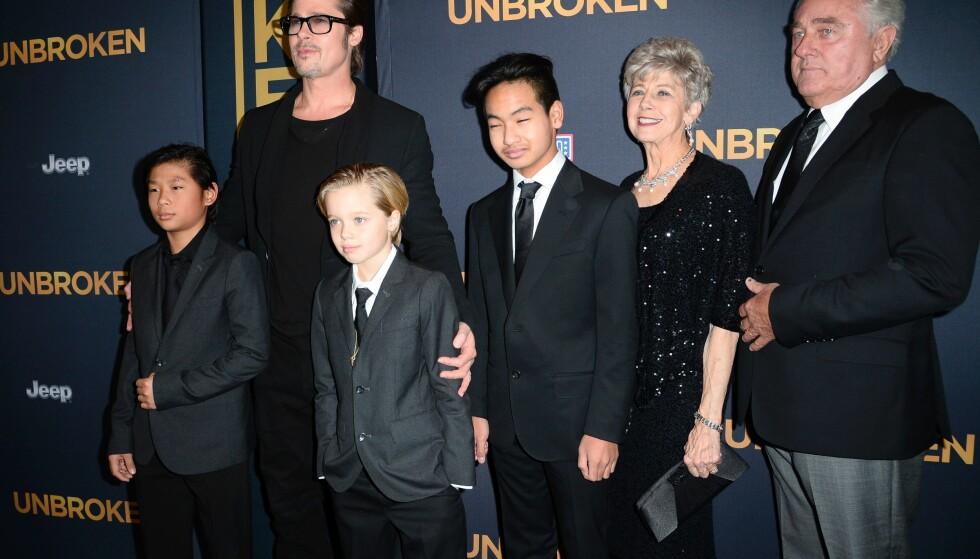 GJØR ALT: Brad Pitt og Angelina Jolie har gjort mye for å skjerme barna gjennom oppveksten, men det hender at de viser dem fram. På dette bildet ser vi barna Pax, Shiloh (også kjent som John) og Maddox. Til høyre i bildet er Pitts foreldre, altså barnas besteforeldre. Foto: AFP PHOTO / ROBYN BECK, NTB Scanpix