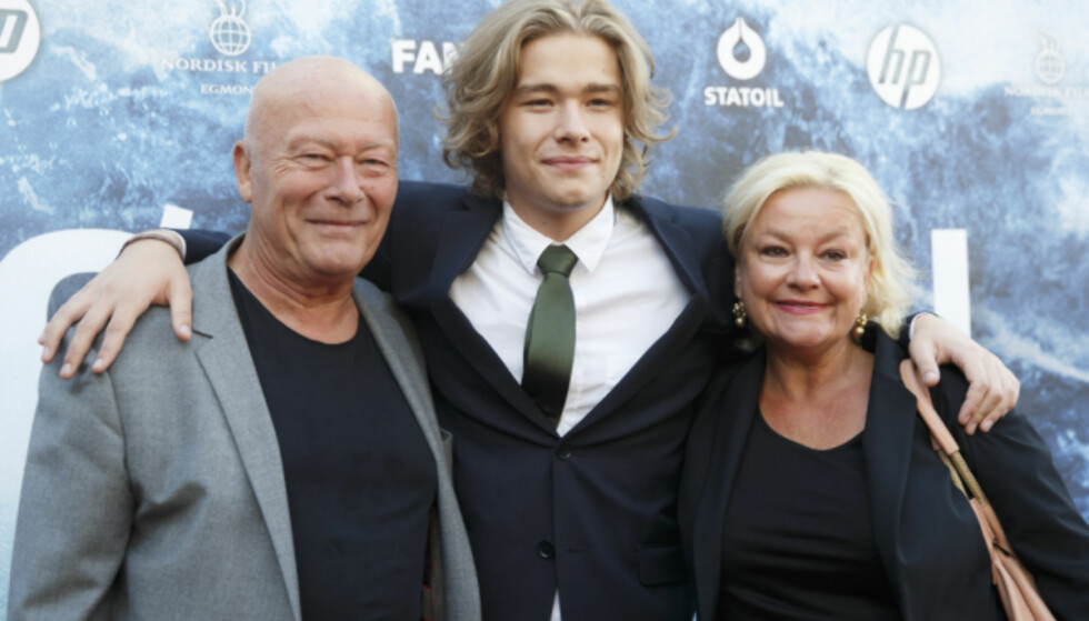 FAMILIEFEIRING: Nils Ole Oftebro og Anette Hoff sammen med sønnen Jonas Hoff Oftebro (i midten) premiere på filmen «Bølgen» på Colosseum i 2015. Foto: Berit Roald / NTB scanpix