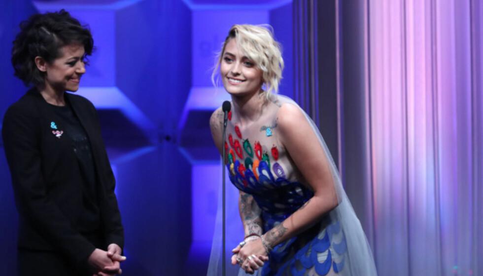 <strong>GLAAD:</strong> Paris Jackson dukket opp på GLAAD Media Awards iført en fargerik kjole i april. Her deler hun ut prisen for beste humorserie sammen med «Orphan Black»-skuespiller Tatiana Maslany. Foto: John Salangsang / NTB Scanpix