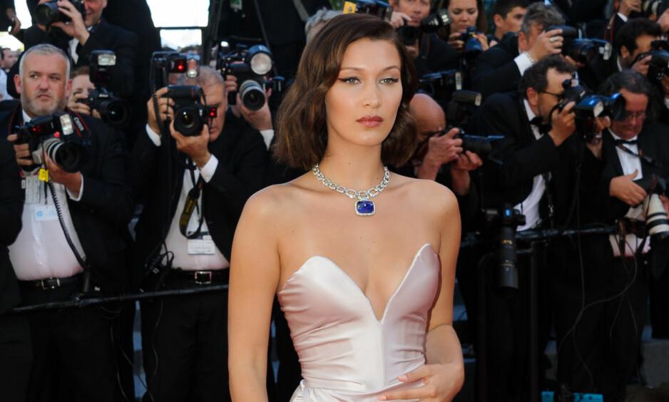TABBE: Onsdag var det offisiell åpning av filmfestivalen i Cannes, hvor den røde løperen selvsagt var spekket med store stjerner. Sekunder etter at dette bildet ble tatt, gikk det imidlertid galt for Bella Hadid. Foto: NTB Scanpix