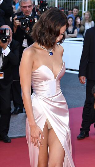 MOTETABBE: Bella Hadid på den røde løperen i Cannes. Foto: NTB Scanpix