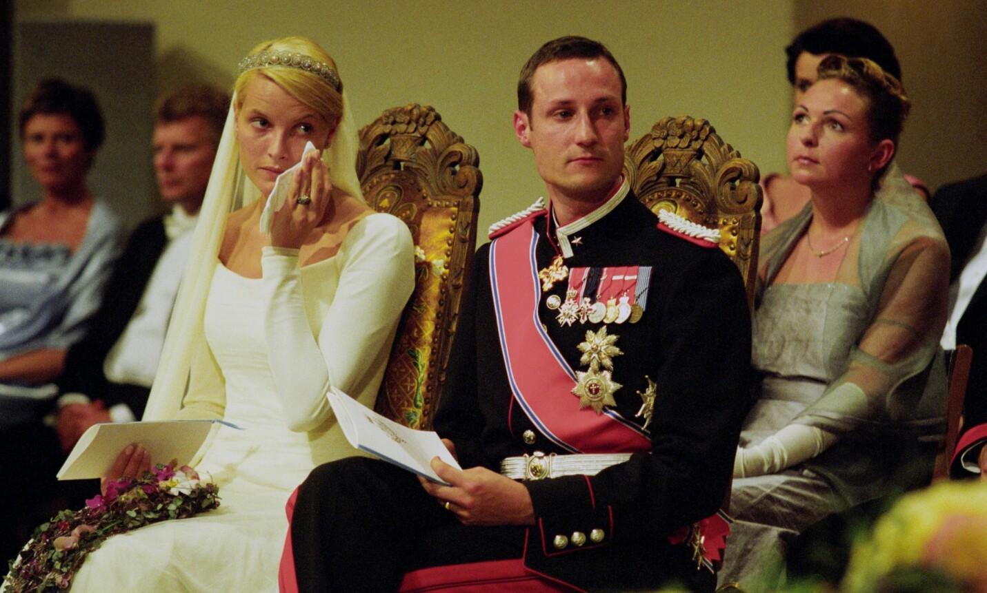 MÅTTE ENDRE LIVET SITT: Etter at Linda Tånevik (bak t.h.) var forlover for kronprinsesse Mette-Marit da hun giftet seg med kronprins Haakon i 2001, følte hun seg tom - og innså at hun ville hjelpe andre. Foto: Bjørn Sigurdsøn / NTB scanpix
