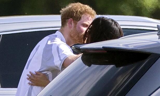 NYFORELSKET: Da prins Harry og Meghan Markle delok på et poloarrangement i Ascot for noen uker siden, satt de av tid til å pleie kjærligheten. Foto: NTB scanpix