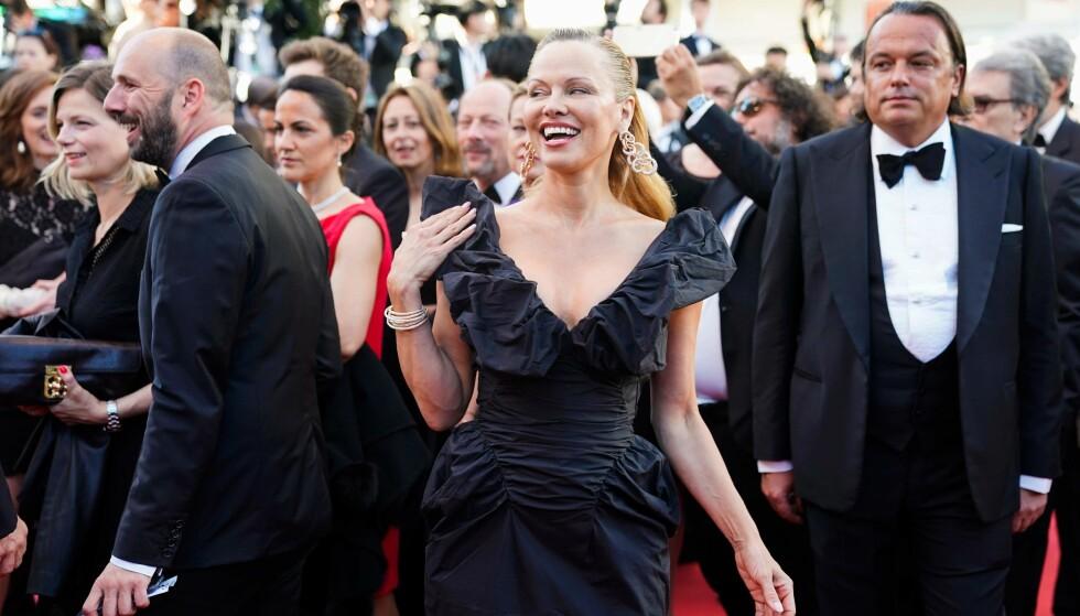 - IKKE TIL Å KJENNE IGJEN: Pamela Anderson viste seg fram med en ny stil, da hun lørdag dukket opp på den røde løperen under filmfestivalen i Cannes. Foto: NTB Scanpix