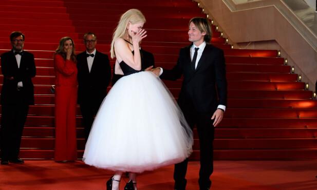 RØRT: Keith Urban holdt Nicole Kidman i hånden mens hun tørket tårene på filmpremieren mandag kveld. Foto: Joanne Davidson/SilverHub/REX/Shutterstock/ NTB scanpix
