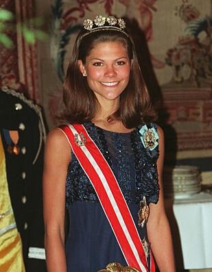UNG: Det var i 1997 at kronprinsessens sykdom ble slått opp i aviser verden over. Her er hun, samme år, på en gallamiddag i Stockholm. Foto: NTB scanpix