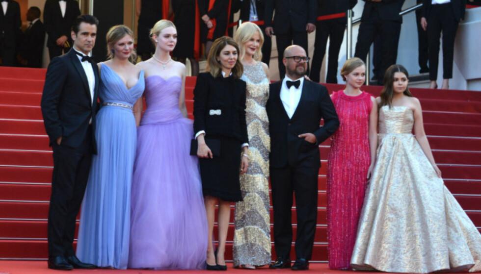 PREMIERE: Etter at Kirsten Dunst hadde fått en varm klem fra Nicole Kidman, poserte hele gruppa foran fotografene i forbindelse med premieren av «The Beguiled». Foto: NTB Scanpix