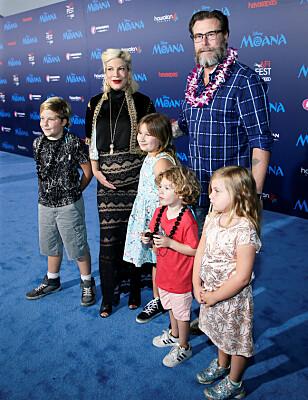 FEM BARN: Nylig fødte Tori parets femte felles barn. Her sammen med barna Liam, Stella, Finn og Hattie på filmpremiere i 2016. Foto: NTB scanpix
