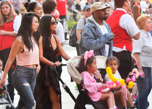 DISNEYLAND: Kim Kardashian (36) og Kanye West (40) tok med seg barna til Disneyland tidligere denne måneden. Foto: NTB Scanpix