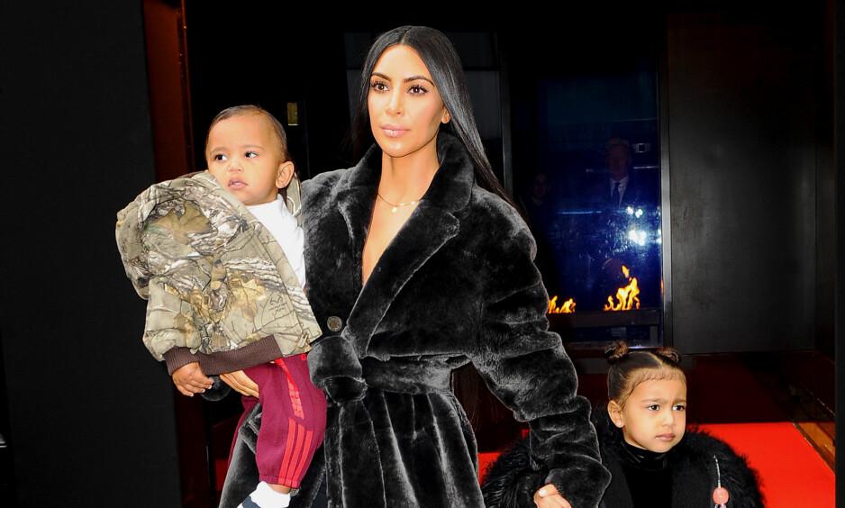 LEI AV PAPARAZZIENE: North Wast (3), datteren til Kim Kardashian (36) og Kanye West (40), har fått nok av paparazzifotografene. Foto: NTB Scanpix