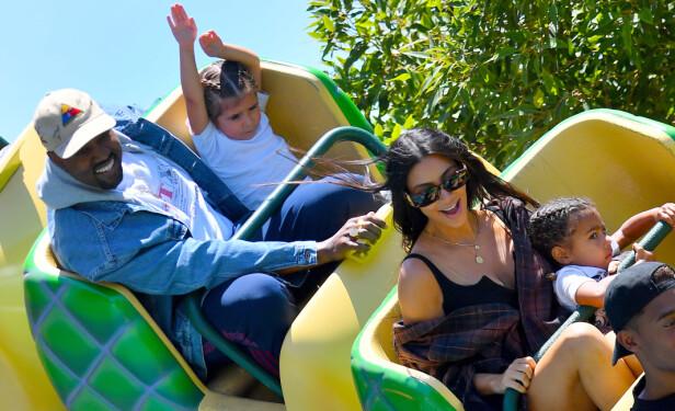 MORRO: Kanye West (49) og Kim Kardashian (36) i en karusel sammen med datteren North (3) og nevøen Mason (7) tidligere denne måneden. Foto: NTB Scanpix