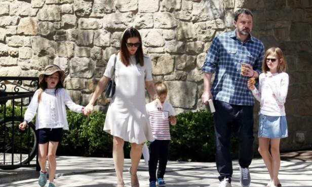 GÅR HVERT TIL SITT: Jennifer Garner og Ben Affleck har tre barn sammen, og eksparet har blitt enige om å dele omsorgsretten for barna mellom seg. Foto: NTB scanpix
