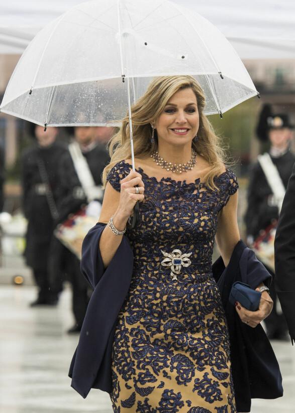 KLAR FOR FEST: Dronning Maxima av Nederland brukte 595 00 kroner på klær i fjor. Her ankommer hun festmiddagen i Operaen i anledning kongeparets 80-årsfeiring i 2017. Foto: Jon Olav Nesvold / NTB scanpix